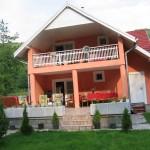 Cazare Sovata - Casa Zan - vedere dinspre curtea din spate, terasa, gratar